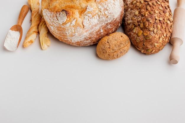 Variétés de pain avec rouleau à pâtisserie