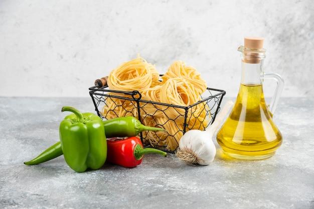 Variétés de pâtes crues à l'ail, au piment et à l'huile d'olive.