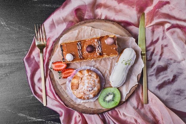 Variétés de pâtisserie sur un plateau en bois.