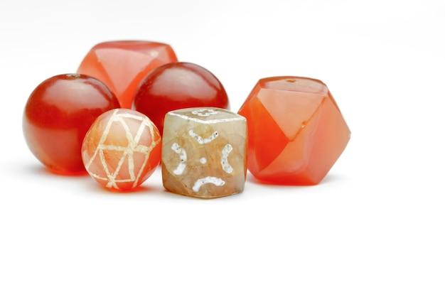 Variétés de perles de cornaline anciennes sur fond blanc