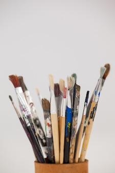Variétés de pinceaux en pot sur fond blanc