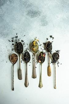 Variétés de thé en cuillères vintage