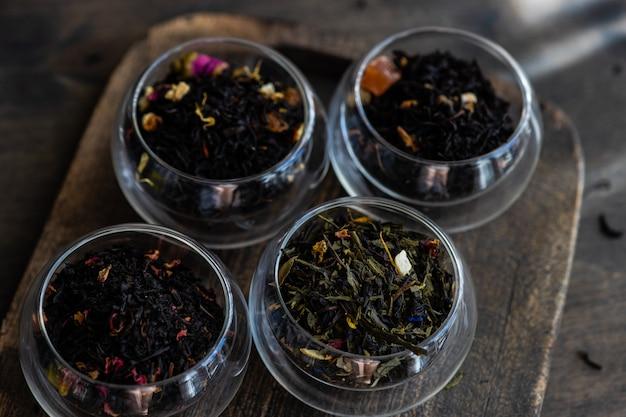Variétés de thé sur table en bois