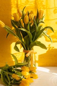 Vase à angle élevé avec fleurs