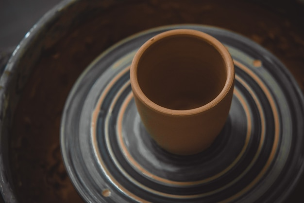 Vase en argile fraîche fait tourner le tour de potier.