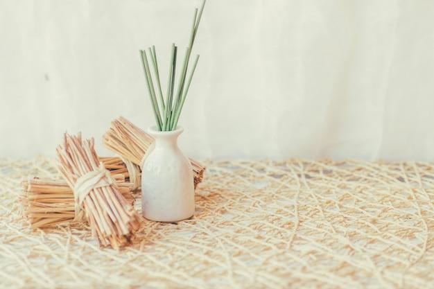 Vase avec des bâtons près de bouquets de bâtonnets