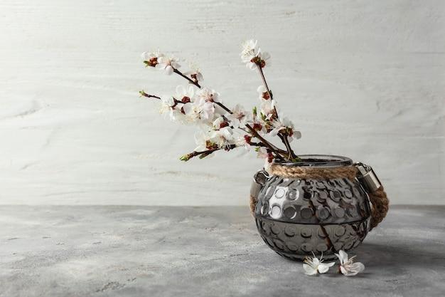 Vase avec de belles branches fleuries sur table