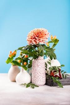Vase avec de belles fleurs de chrysanthème sur table lumineuse