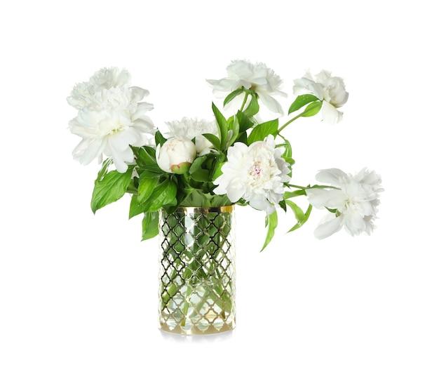 Vase avec de belles fleurs de pivoine sur blanc