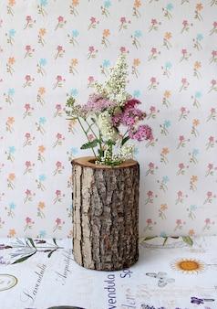 Vase en bois avec des fleurs