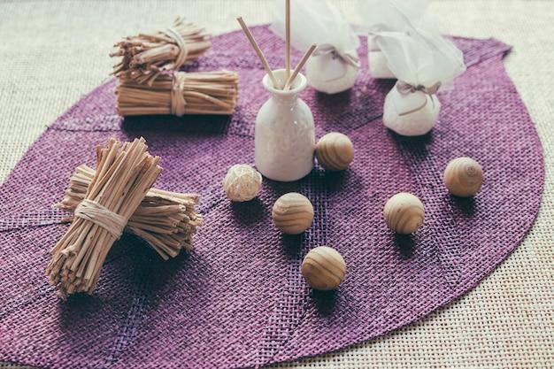 Vase et boules en bois