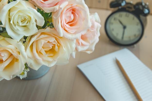 Vase de bouquet roses dans un seau en aluminium