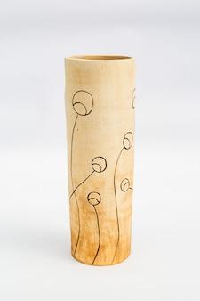 Vase en céramique avec fond blanc
