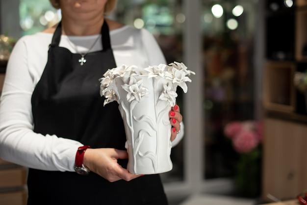 Vase décoratif en céramique. conception de maison intérieure élégante. plantes succulentes et cactus en pot