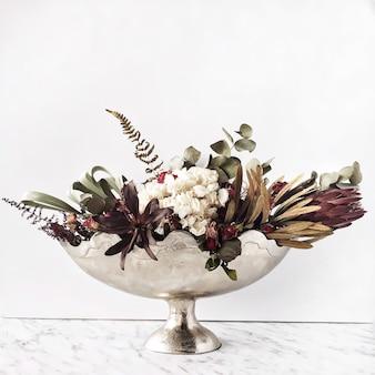 Vase doré vintage avec bouquet de fleurs séchées