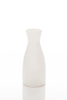 Vase à fleurs en céramique blanche vide, pot de boisson, vaisselle blanche sur un mur blanc