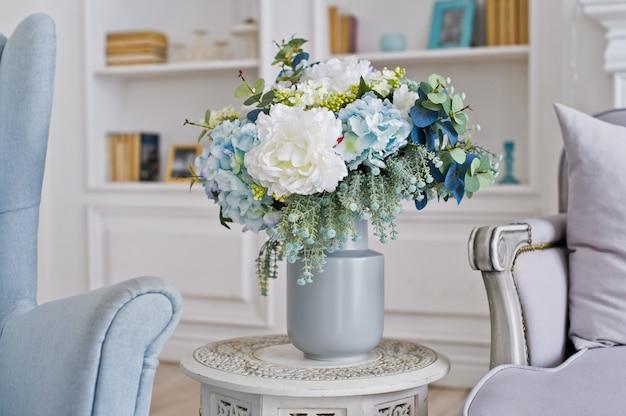 Vase de fleurs sur la table dans la chambre.