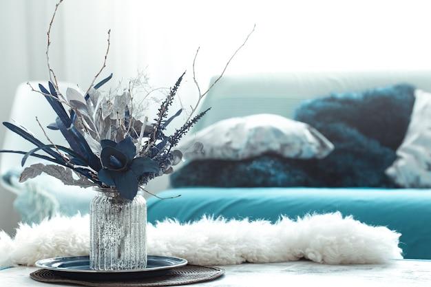 Vase nature morte avec des fleurs artificielles dans le salon.