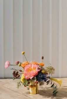 Vase d'or avec des fleurs fraîches