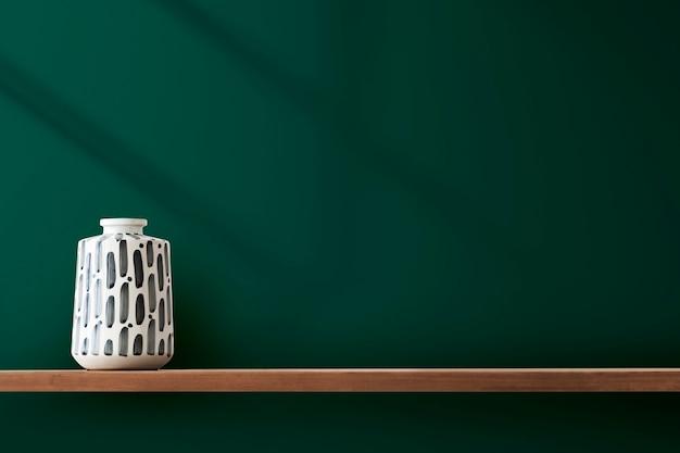 Vase en poterie japonaise sur une étagère