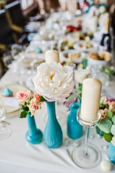 Vase avec des roses blanches sur la table du restaurant