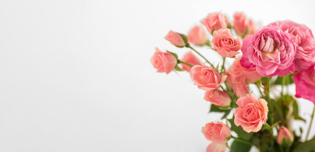 Vase avec des roses sur l'espace de copie de table