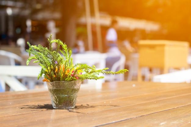 Vase sur la table à l'hôtel