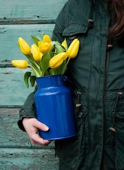 Vase de tenue humaine avec des fleurs