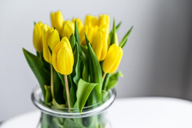Vase transparent avec tulipes jaunes