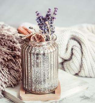 Vase en verre avec des fleurs de lavande sèche et des épices
