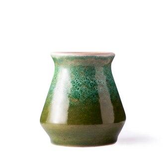 Vase vert en céramique sur fond blanc isolé.