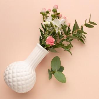 Vase vue de dessus avec des roses