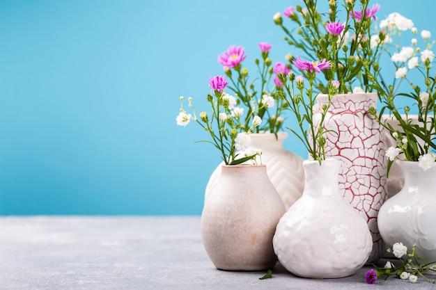 Vaseñ ‹avec de belles fleurs sur la table lumineuse