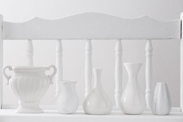 Vases blancs sur une étagère en bois vintage