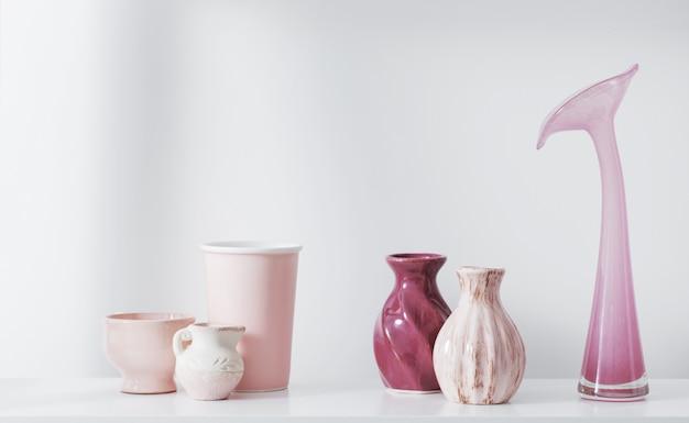 Vases roses sur étagère blanche