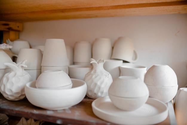 Vases et tasses en poterie.