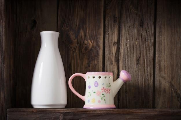 Vases sur une vieille table en bois sombre