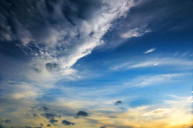 Le vaste ciel bleu et ciel nuageux