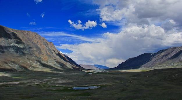 Vaste vallée avec colline de montagnes et ciel