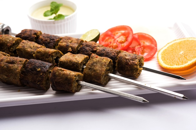 Veg seekh kabab servi avec salade verte et chutney