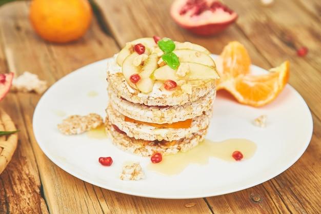 Vegan, régime, gâteau d'anniversaire naturel bio avec du riz croustillant