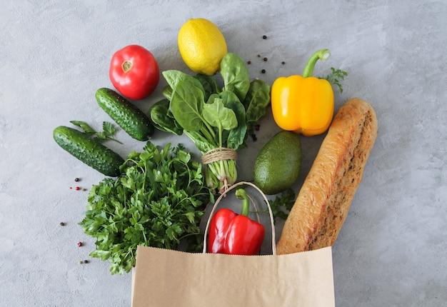 Vegan végétarien sain des aliments propres dans un sac en papier légumes et fruits sur fond de pierre
