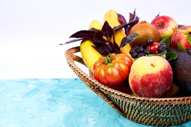 Végétalien. detox. produit de supermarché. sélection d'aliments sains et colorés