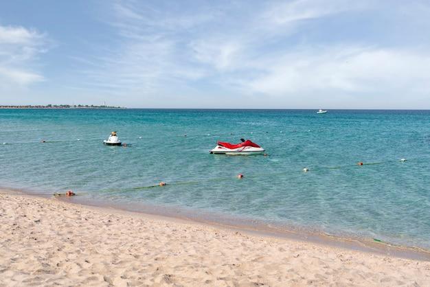 Un véhicule jetski garé sur une plage dans l'eau, vacances d'été