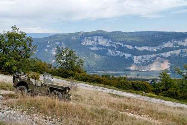 Véhicule militaire antique dans la montagne