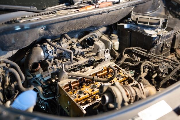Véhicule à moteur démonté pour réparation.