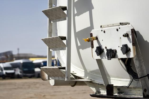 Véhicule spécial pour le transport d'eau et d'autres fluides techniques ou de gaz, camion avec réservoir