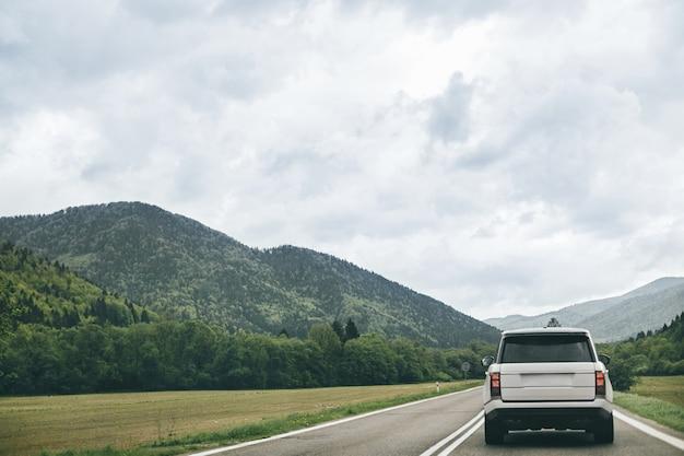 Véhicule tout-terrain sur une piste solitaire. concept de voyage pour l'aventure automobile