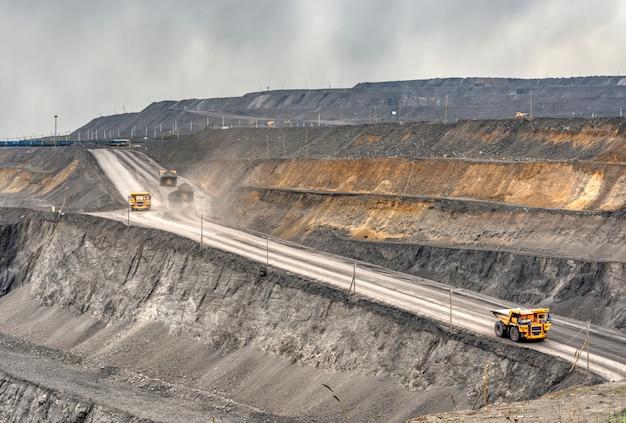 Véhicules sur une mine de charbon vue