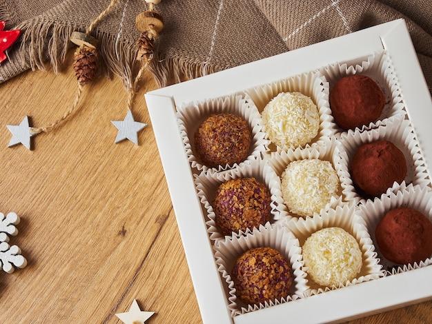 La veille de noël du nouvel an encore la vie des boules de bonbons à la main sur un fond en bois